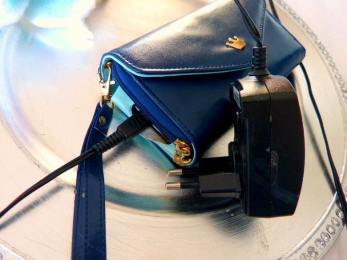 gaatje voor oplader in phone wallet smartphone