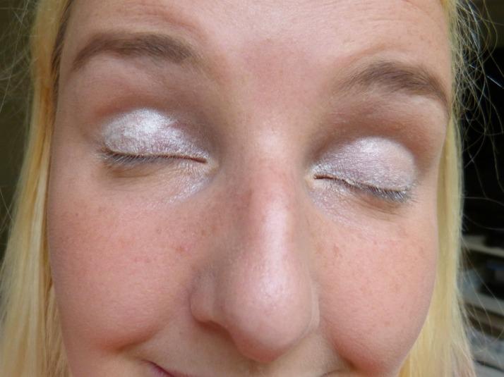 witte basis met oogpotlood eyes lips face