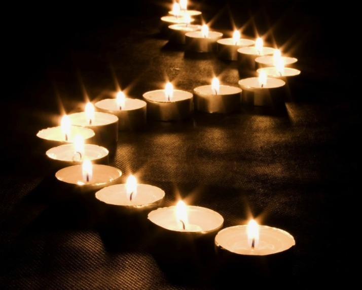 Kaarsen voor slachtoffers en nabestaanden van vlucht MH17 Malaysia airlines