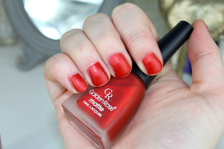 nagels gelakt met golden rose matte nagellak