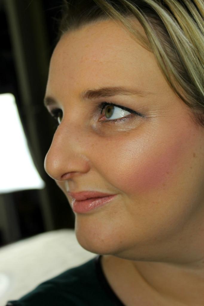 Look met Radiant Light Exhale Makeup Revolution