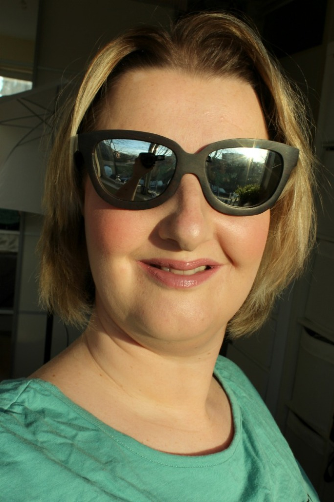 Look met wooden made zonnebril