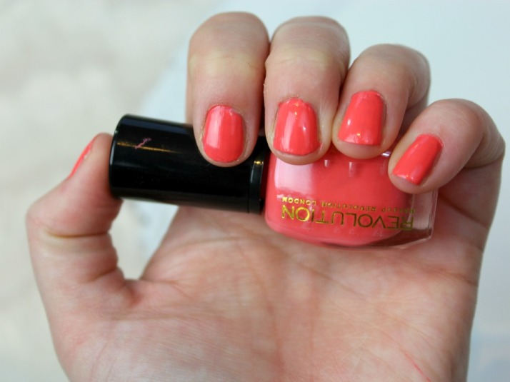 nagels gelakt met makeup revolution beautyful helps