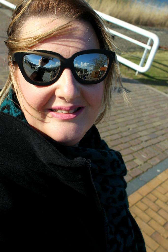 Zonnig winderig dagje met woorden made zonnebril